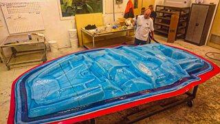homens fabricando molde para laminação em série de compóstios para ônibus