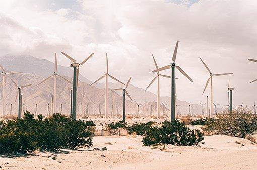 energia eolica varias pas e nacelisuma do lado da outra
